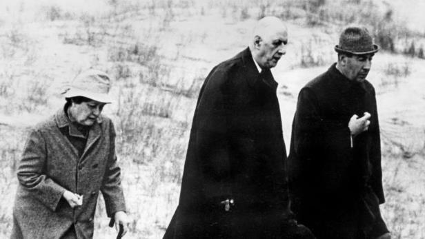 figarofr-avec-le-general-de-gaulle-et-sa-femme-yvonne-lors-du-voyage-en-irlande-de-1969__148882_[1]