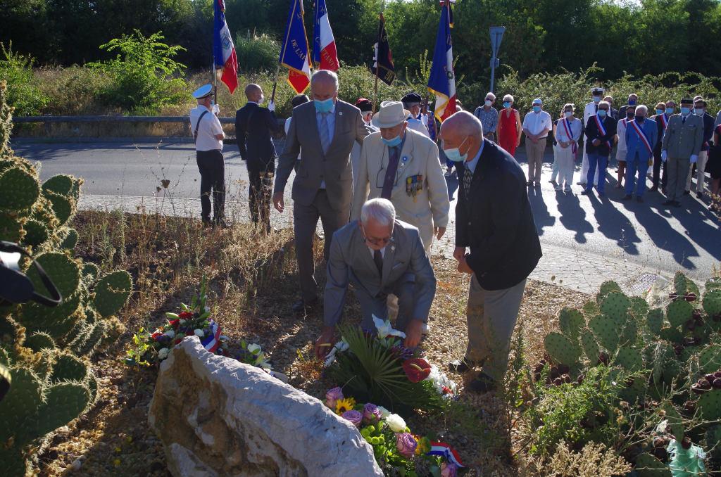 Dépôt de gerbe : le président Louis  Fiori- Le vice-président  Jacques  Quentin et le délégué de la commune   Christian  Devos
