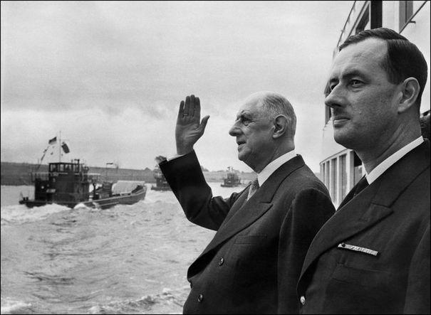 384685_photo-datee-de-septembre-1962-du-general-de-gaulle-president-de-la-republique-et-son-fils-l-amiral-philippe-de-gaulle